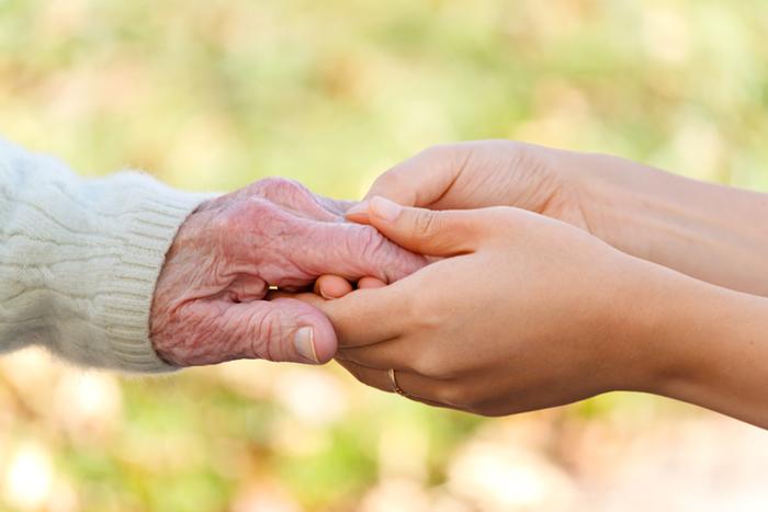 mains personne âgée et peronne plus jeune