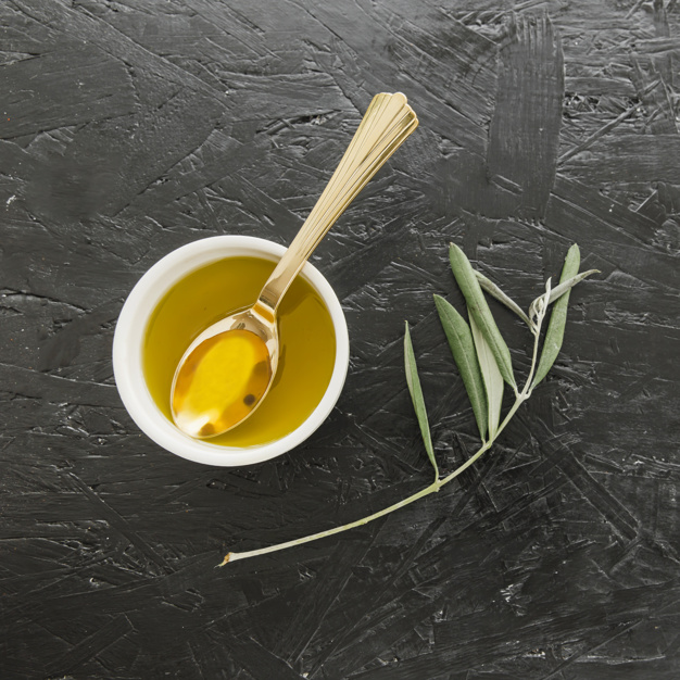 bol-huile-olive-cuillere_23-2147853904